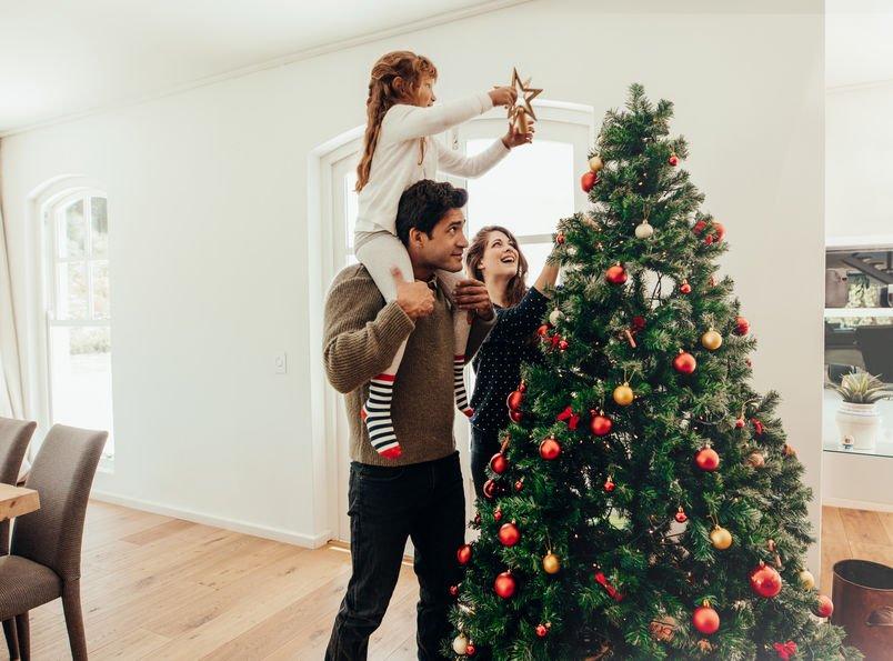 Addobbare l'albero di Natale con i bambini